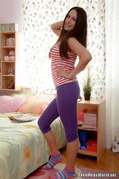 Young brunette doffs capri leggings before fucking her stepbrother
